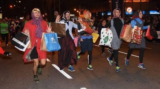 Corredores disfrazados corriendo la San Silvestre en Pamplona